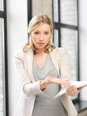 Bezorgd vrouw met documenten — Stockfoto
