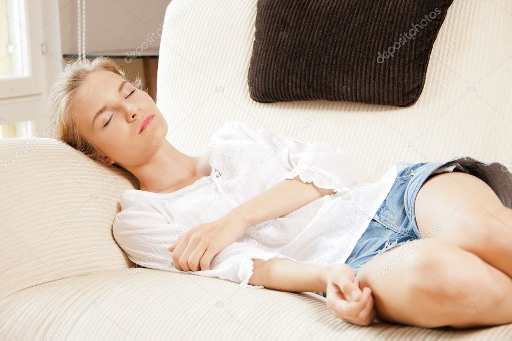Спящая девушка дома фото 102-566