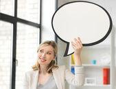 Femme d'affaires souriant avec la bulle de texte vide — Photo