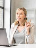 Žena s notebookem a prst nahoru — Stock fotografie