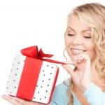 快乐的女孩与礼品盒 — 图库照片 #11758651