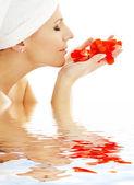 Czerwone płatki w wodzie — Zdjęcie stockowe