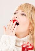 Adolescente feliz con mermelada de frambuesa — Foto de Stock