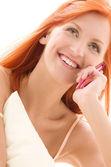 Donna rossa felice con il cellulare — Foto Stock