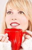Gelukkig tienermeisje met rode mok — Stockfoto