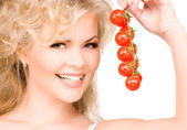 Young beautiful woman with ripe tomatoes — Stock fotografie