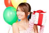 Fêtarde avec ballons et coffret cadeau — Photo