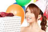 Balonlar ve hediye kutusu ile parti kız — Stok fotoğraf