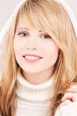 Hermosa chica adolescente con capucha — Foto de Stock