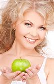 Mujer hermosa joven con manzana verde — Foto de Stock