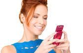 Gelukkige vrouw met mobiele telefoon — Stockfoto