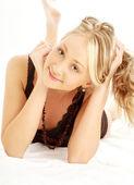 Rubia feliz en la cama — Foto de Stock