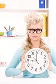 женщина холдинг большие часы — Стоковое фото