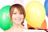 Nyårsfest girl med ballonger och presentförpackning — Stockfoto