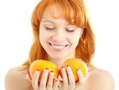 Rousse joyeuse tenant deux oranges sur blanc — Photo