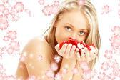 Schöne blondine mit roten und weißen rose petals und gerendert blumen — Stockfoto