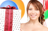 Strana dívka s balónky a krabičky — Stock fotografie