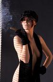 Kobieta w czarny astrachań palenia cygar — Zdjęcie stockowe