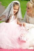 幸せな花嫁と小さな花嫁介添人 — ストック写真