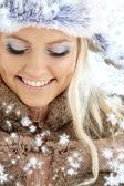 Vintern flicka med snöflingor — Stockfoto