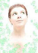 Salut-clé rousse aux yeux verts dans l'eau avec des fleurs — Photo