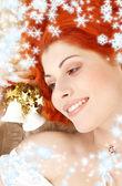Rödhårig tjej med vit christmas klockor och snöflingor — Stockfoto