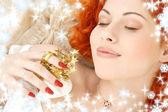 Drömmer rödhårig med vit christmas bells snöflingor — Stockfoto
