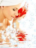 红色的花瓣和雪花在水中的女人 — 图库照片