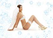 Brunett ängel flicka i vita underkläder med snöflingor — Stockfoto