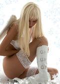 Ledsen ängel med snöflingor — Stockfoto