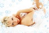 Linda loira no boá com flocos de neve — Foto Stock