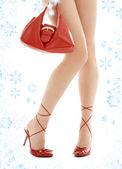 Yüksek topuklar ve kar taneleri ile kırmızı çanta — Stok fotoğraf