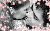 Zwart-wit foto van zoete paar in bed met bloemen — Stockfoto