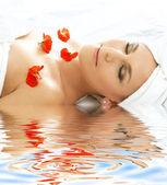 红色的花瓣温泉水 — 图库照片