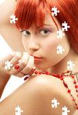Redhead kollamaya kırmızı boncuklar ile bulmaca — Stok fotoğraf