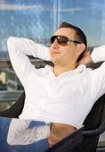 Gut aussehender mann im stuhl — Stockfoto