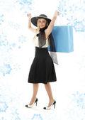 Sarışın mavi alışveriş çantası ile retro şapkalı — Stok fotoğraf