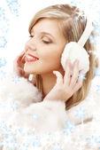 Usměvavá blondýna v chlupaté sluchátka — Stock fotografie