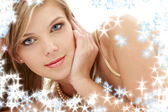 Geheimnisvolle blauäugig blond in perlen — Stockfoto