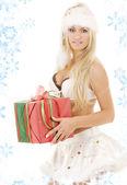 Santa yardımcı kız beyaz iç çamaşırı hediye kutusu — Stok fotoğraf