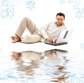 Hombre relajado con el ordenador portátil sobre arena blanca — Foto de Stock