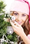 Santa helfer mädchen schmücken weihnachtsbaum — Stockfoto