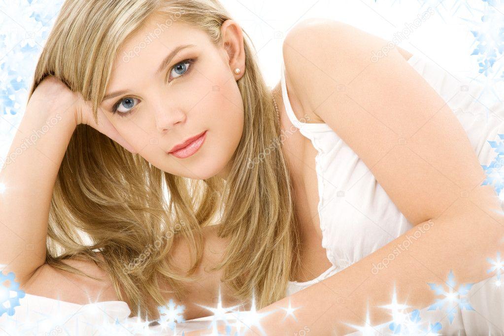 юная блондинка в белом видео