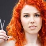 Redhead met een schaar — Stockfoto