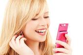 Adolescente heureuse avec téléphone portable — Photo