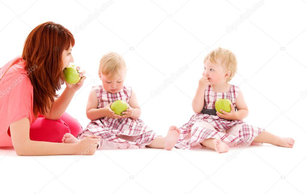 两个可爱的双胞胎与白上母亲的图片