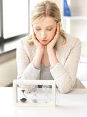 Fundersam affärskvinna med sand glas — Stockfoto