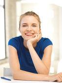 Adolescente feliz com caneta e papel — Fotografia Stock