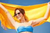 Mulher feliz com amarela canga na praia — Fotografia Stock