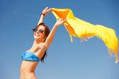 在海滩上的黄色围裙的幸福女人 — 图库照片